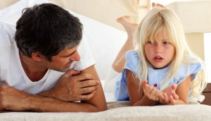 papa-ecoute-fille-bienveillant