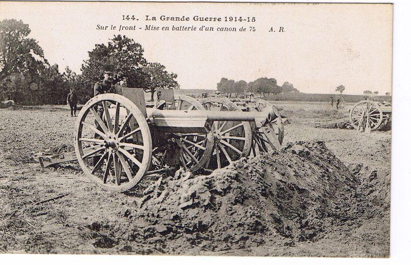 Carte postale La Grande Guerre - Mise en batterie d'un canon