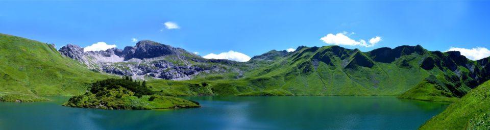 Lac au milieu des montagnes