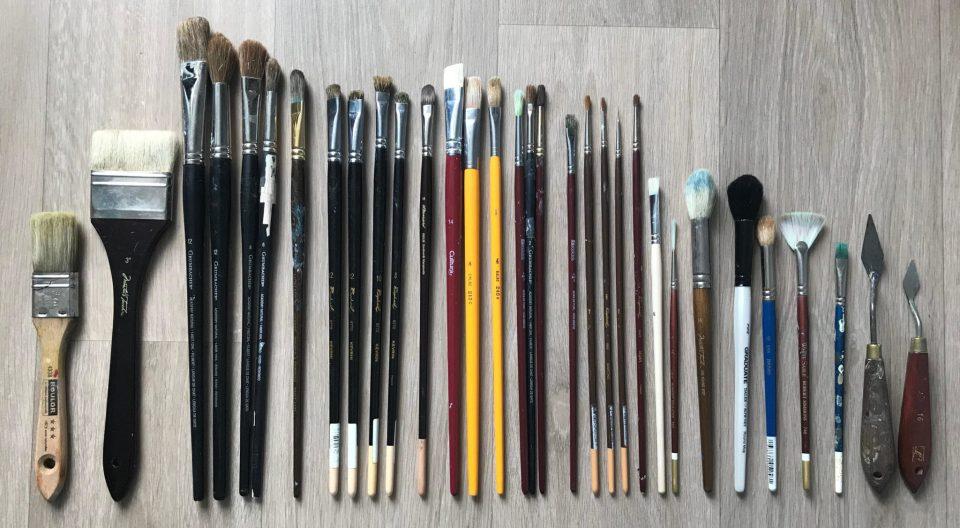 Pinceaux et couteaux de peinture