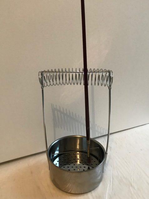 Support à pinceaux avec grille métallique pour récupérer la peinture après dilution dans le solvant