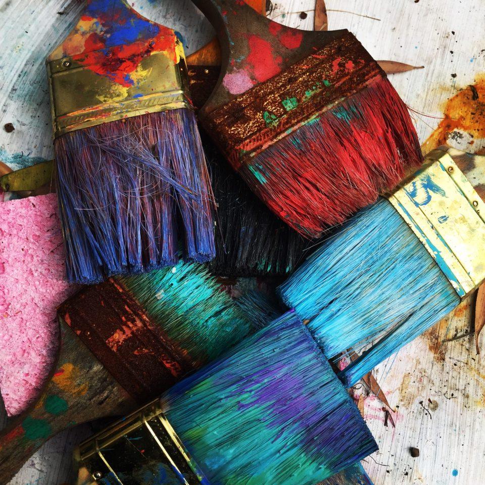 Pinceaux sales, couverts de peinture