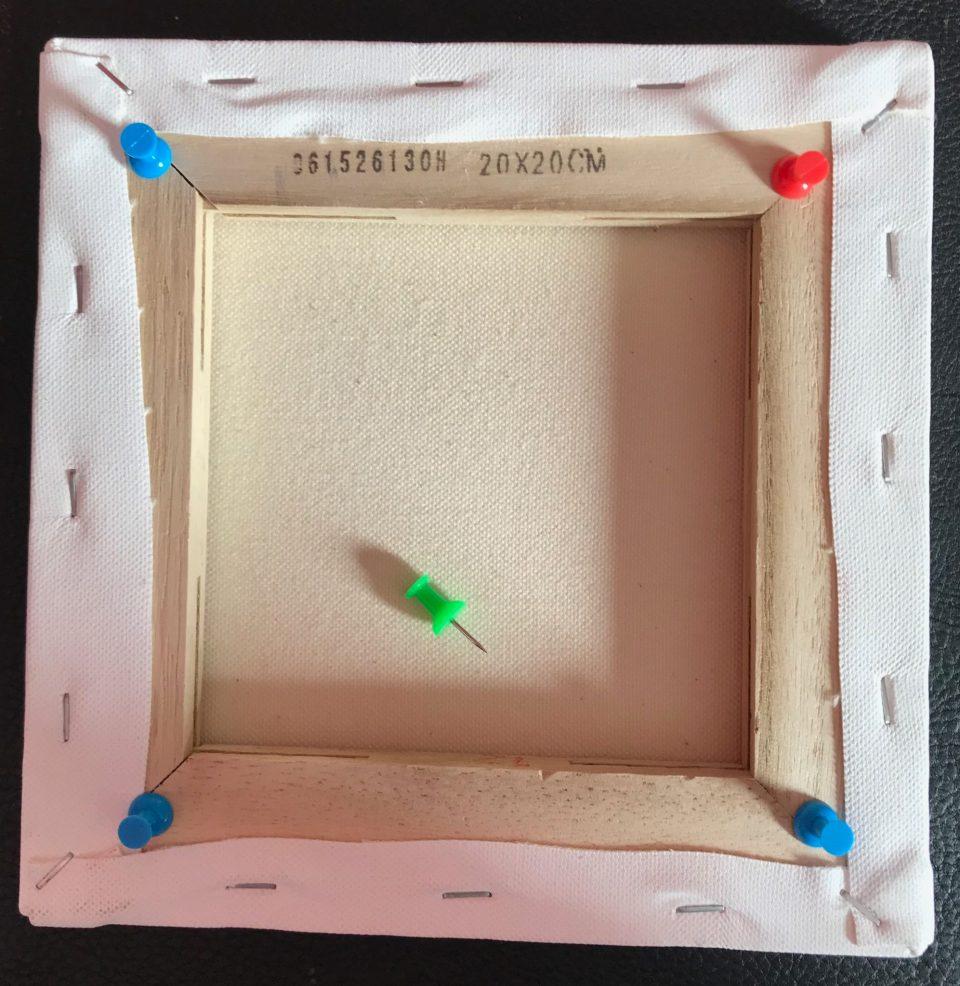 acrylique pouring astuce : Vous pouvez sur-élever votre toile avec des punaises hautes pour pouvoir la prendre en dessous sans toucher les bords et pour faciliter le séchage