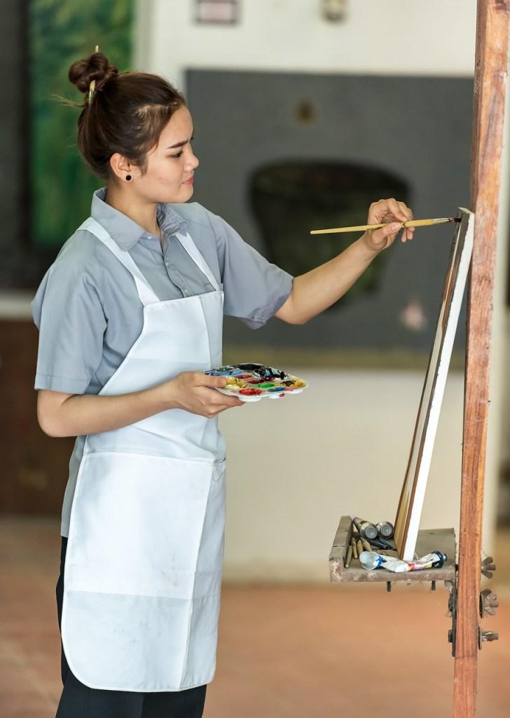 2 bonnes pratiques de l'art de la peinture en 1 : Il vaut mieux peindre debout avec des pinceaux à manche long  afin de prendre du recul