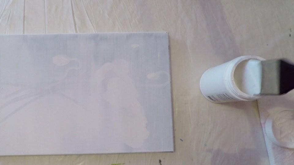 Le gesso est un apprêt permettant de rendre le support plus lisse et adhérent à la peinture. De nos jours, le gesso que vous trouverez le plus communément dans le commerce est composé de craie (carbonate de calcium) et de colle souvent synthétique de type résines acrylique ou vinylique.