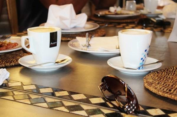 régler addition café entre amis, savoir-vivre politesse étiquette biensénace note de restaurant addition, homme ou femme règle addition