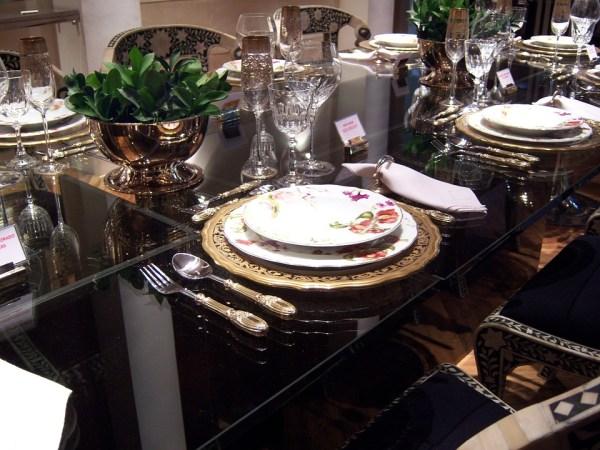 se tenir convenablement à table, arts de la table, étiquette à table, diner pro politesse, savoir-vivre à table, conseils tenue selon nadine de rothschild