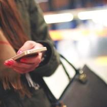 invitation à un dîner par sms sms texto mobile téléphone smartphone invitation dîner apéritif politesse étiquette nadine de rothschild
