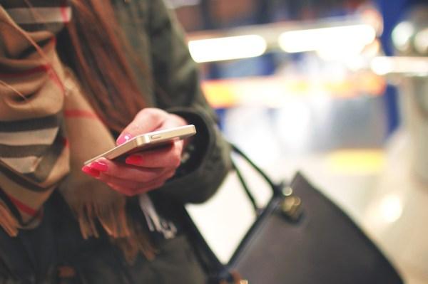 sms texto mobile téléphone smartphone invitation dîner apéritif politesse étiquette nadine de rothschild