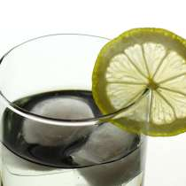 porter un toast avec un verre d'eau trinquer porter un toast bonnes manières idée étiquette verre eau jus orange pomme coca