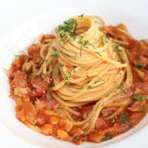 manger des spaghettis code cuillère arts de la table manière comment sauce ta^che fourcette couteau main droite gauche lady gentleman guide conseil livre bonnes manières