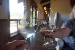 style comment tenir un verre de vin comment servir le vin dégustation soirée dîner protocole bonnes manières codes usages mondains leçon expert spécialiste guide manuel politesse