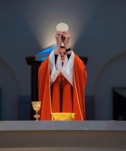 première communion 5 première communion 4 première communion 1 Etiquette et protocole lors de la première communion usages code règles bienséance prêtre enfant communiant eucharistie