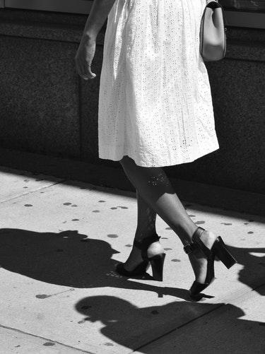 couverture Comment choisir votre petite robe blanche d'été ? robe blanche chic élégante décente coupe midi