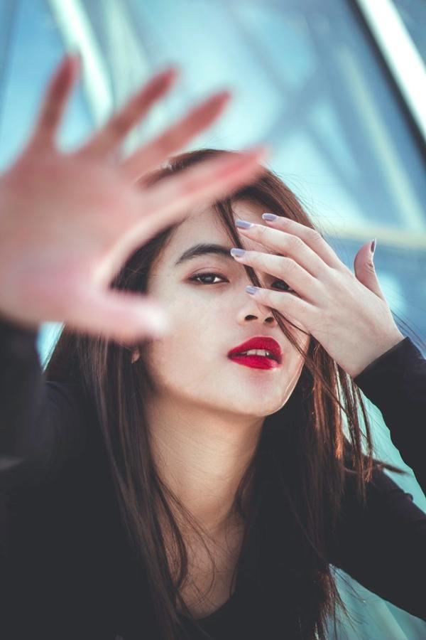 Une lady peut-elle se limer les ongles en public ? femme lime