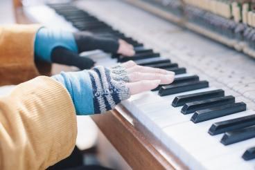 Une femme doit-elle se déganter s'il fait super froid ? musique piano mitaines