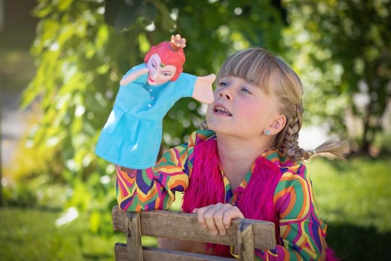 Jeune enfant jouant aux marionnettes