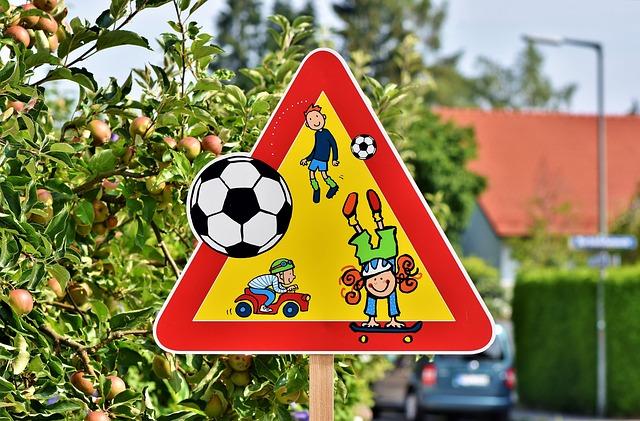 Attention enfants jouant