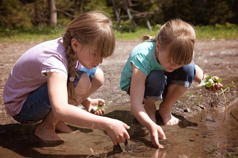jeunes filles dans les flaques - Image parPezibear de Pixabay