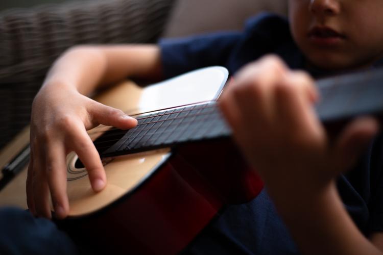 photo d'enfant jouant à la guitare