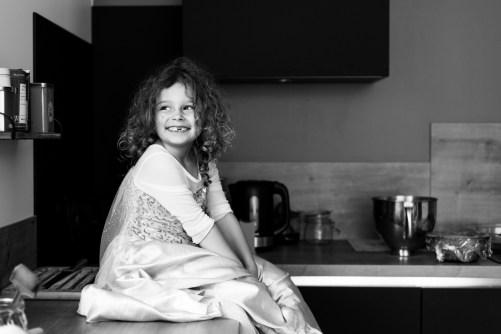 Photo d'enfant dans une cuisine - photojournaliste du quotidien