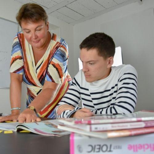 Lara Streel qui montre à son élève