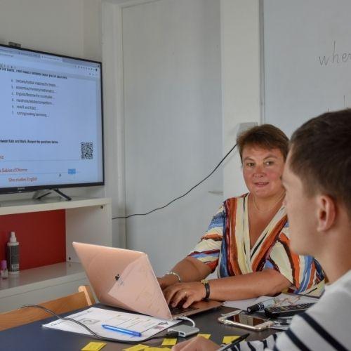 Lara Streel qui montre sur écran