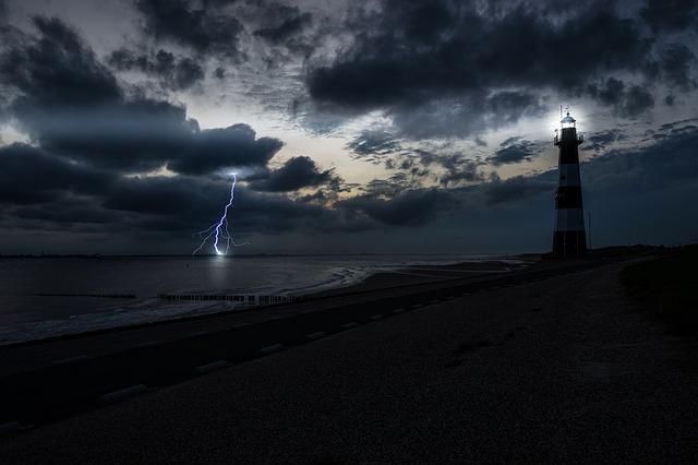 Maya est le phare qui éclaire la nuit dans l'océan
