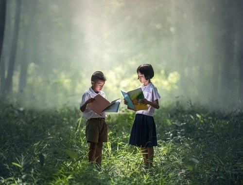 deux enfants asiatiques lirent des livres dans une forêt