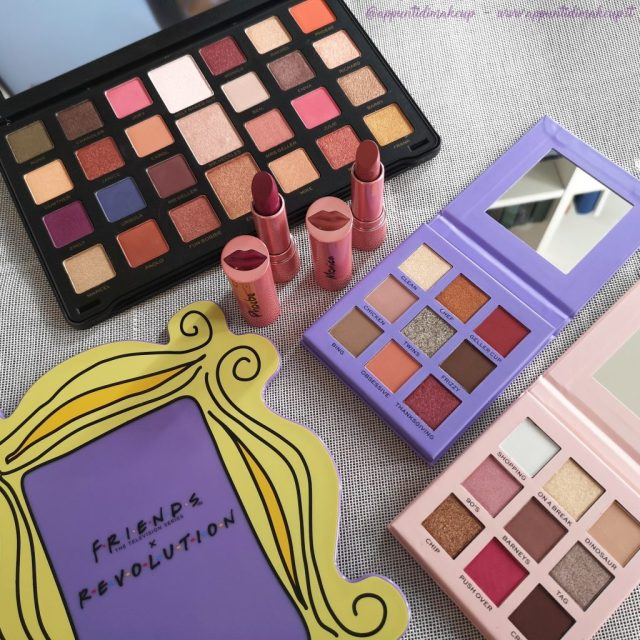 Friends x Revolution beauty collection: Flawless Limitless Eyeshadow palette, Monica Eyeshadow palette, Rachel Eyeshadow palette, Monica lipstick, Phoebe lipstick e specchio