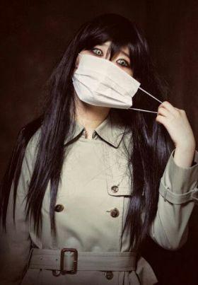 Fantasma coreana quitandose la mascarilla con ojos aterradores