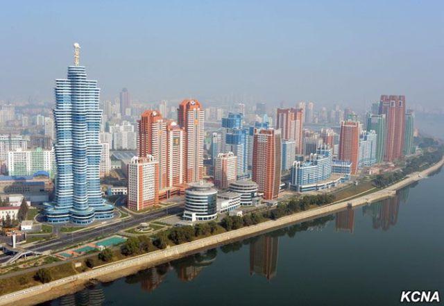 Avenida mirae con edificios al lado de un rio.
