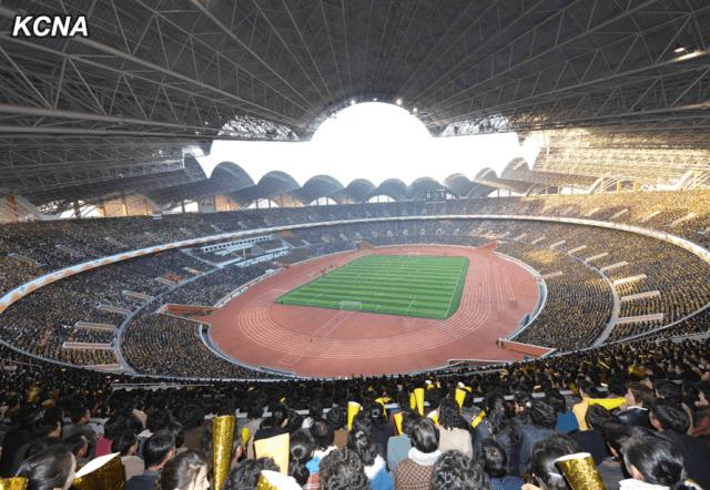 Las gradas llenas del estadio de fútbol primero de Mayo