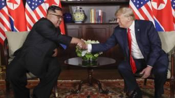 Kim jon un y Donald Trump dandose la mano