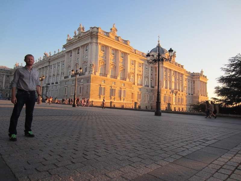 Cómo aprender cualquier idioma. Fuera del Palacio Real de Madrid. Foto de Gloria Atanmo.