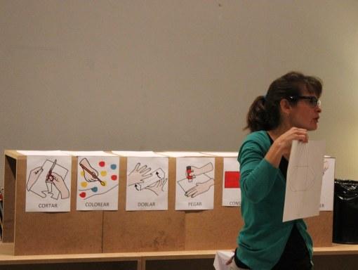 La educadora nos explica la actividad plástica con ayuda de apoyos visuales