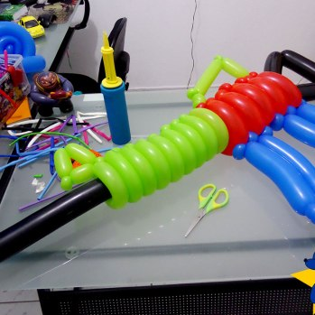 esculturas-de-baloes-m16-rifle-fuzil-03