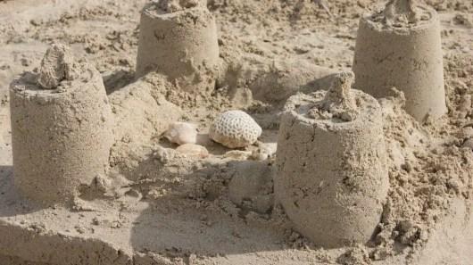 castillos de arena juegos de niños en la playa