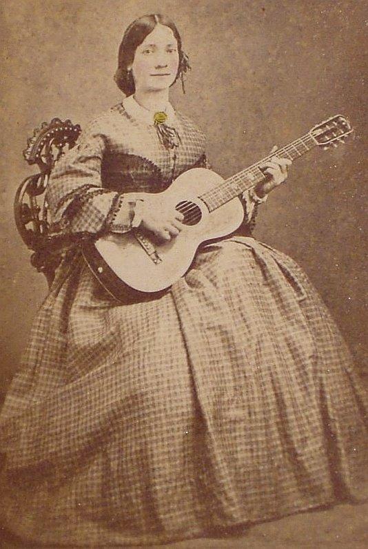 Guitarra Parlor en 1900 tocado por una mujer
