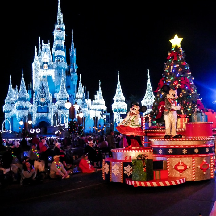 with the weather and the snow that comes through mainstreet usa in walt disney world here are the 10 reasons to go to disney world for christmas - Disneyworld Christmas