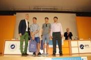 El Director de la EPS entrega los premios.