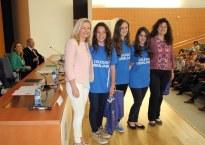 Entrega de premios por parte de la Vicerrectora de Estudiantes.