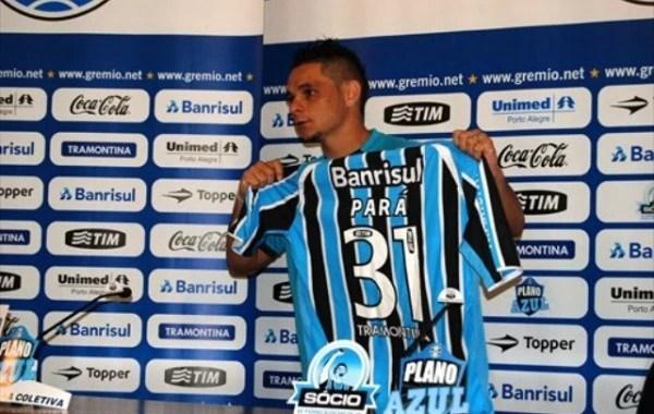 O ídolo Pará, ao ser contratado pelo Grêmio. (Foto: Lucas Uebel - Divulgação)
