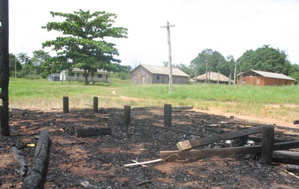 Posto de pedágio destruído pelo fogo na TI Tenharim (Foto: Alceu Castilho)