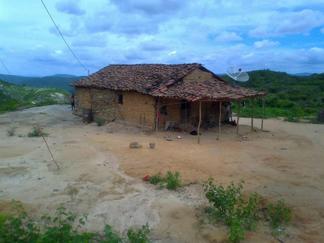As antenas parabólicas destoam das casas simples em Cafundó