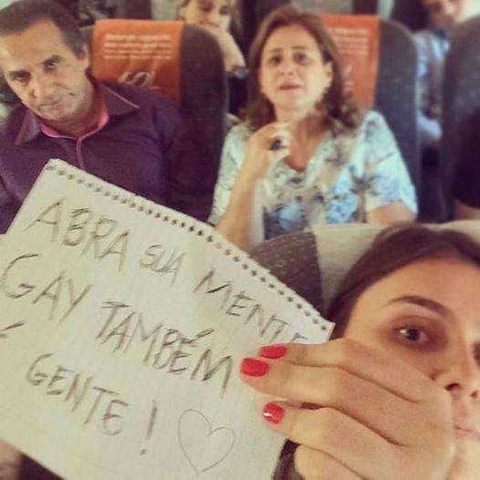 Garota protesta contra a homofobia de Silas Malafaia durante voo no qual o pastor estava – Foto: Reprodução