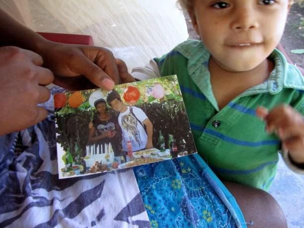 Anderson Joseph, de dois anos, com uma foto de sua mãe Rose Mina Joseph e seu pretenso pai, ex-integrante da Minustah. Foto: Amy Bracken