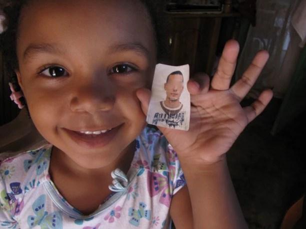 Sasha Barrios com a foto de seu pai, ex-integrante da Minustah. Foto: Amy Bracken