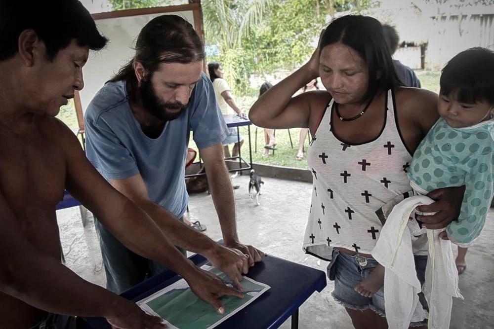 Cacique Juarez, o voluntário Felipe Garcia e Maria Leusa revisam os pontos no mapa a serem demarcados. Foto: Marcio Isensee e Sá