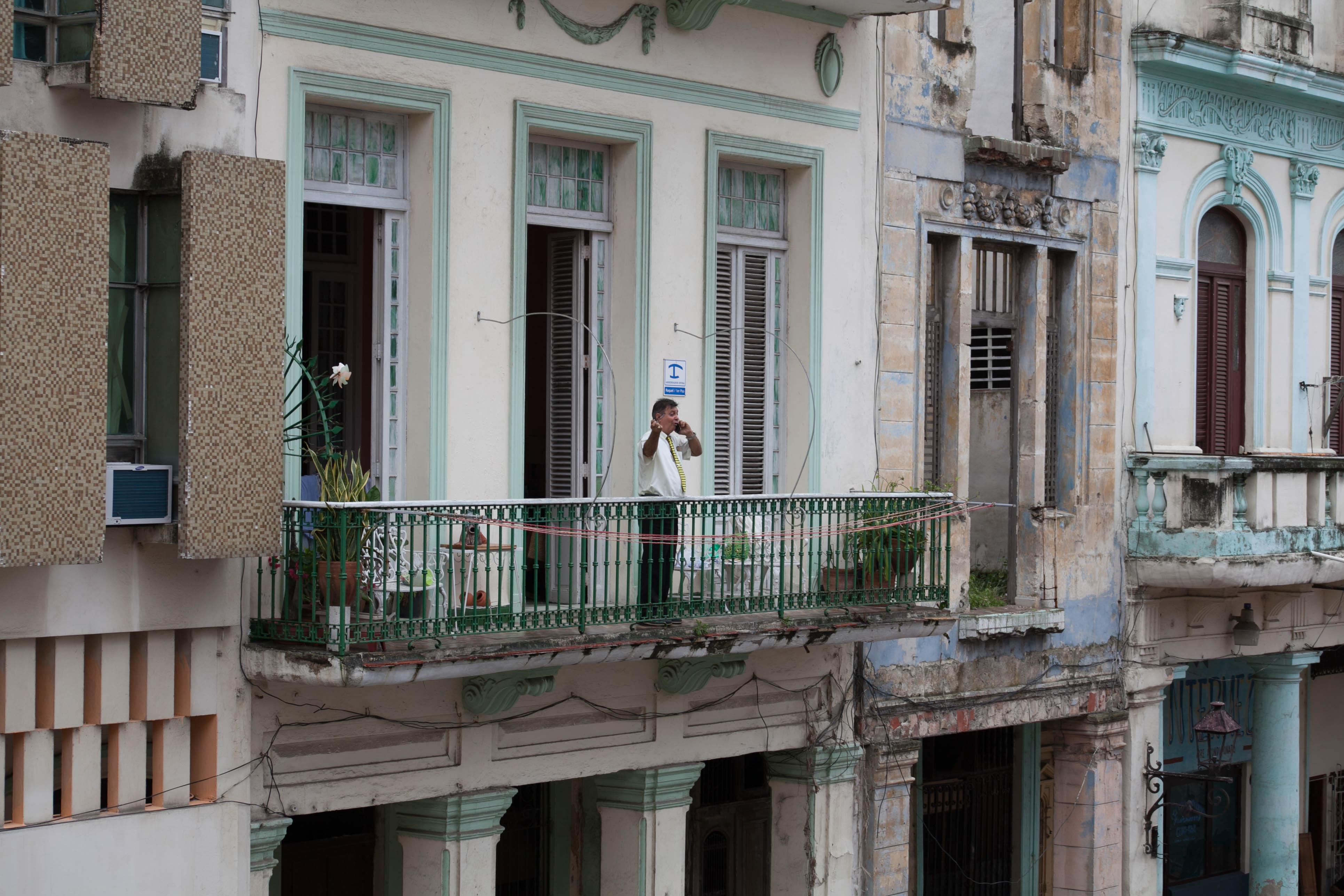 Em Habana Vieja, pousadas familiares e apartamentos residenciais se misturam ao comércio. Foto: Veruscka Girio
